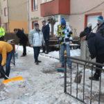 La 8 dimineata, primarul Caransebesului facea curat pe trotuarele oamenilor