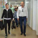 Fotbaliștii și primarul au adus Iepurașul copiilor din spitalul caransebeșean